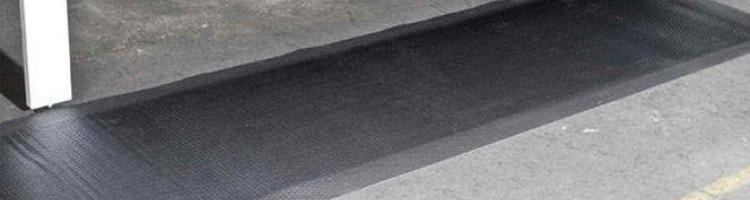 гумена подложка за производствени помещения гумена подложка за производствени цехова гумена подложка изолираща каучукова подложка